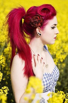 Dye your hair simple & easy to candy apple hair color - temporarily use pale red hair dye to achieve brilliant results! DIY your hair strawberry blonde with hair chalk Corte Y Color, Coloured Hair, Dye My Hair, Scene Hair, Rainbow Hair, Crazy Hair, Hair Dos, Gorgeous Hair, Pink Hair