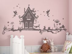 Niedliche kleine Elfen schwirren um ihr Haus. Bringen Sie mehr Leben an die Wand im Kinderzimmer mit unserem Wandtattoo Zwergenwelt.