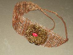 Headband- faixa de cabeça em croche de metal,cobre esmaltado em dourado, bordado com pedras naturais( coral ).