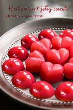 Redcurrant Jelly Sweets (vegan) - only three ingredients, easy to make and healthy! {chouette ! ça tombe à pic je cherchais justement des recettes de bonbons végétaliens à faire à la maison et ces petits bonbons à la groseille m'ont l'air trop bons}