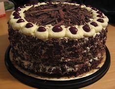La famosa tarta recibe su mismo nombre: Selva Negra. Chocolate, crema, frutos del bosque... mmmm! Muy recomendable para golosos y amantes de las tartas ;D
