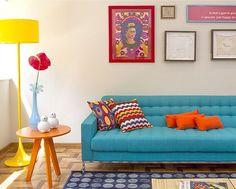 Decoração com sofá colorido - Garotas de Blush Home Living Room, Living Room Decor, Sala Vintage, Sala Grande, Colourful Living Room, Retro Home Decor, Living Room Inspiration, Decoration, Blush