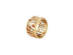 Anillo Daniela.  Metal mate con baño de oro y esmalte en frío de color coral. Colección diseñada por Carme Fàbregas