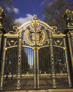 London #canadagates #buckinghampalace #spring #london #trip #gold #black #gates #royal #park #tourist by bectothefuturee