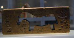 """Träföremål med förklaring """"hednisk magisk"""" Dalarna museum"""