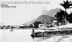 Até fins do século XVIII, a enseada de Botafogo era um local agreste, distante e pouco habitado. De 1808 em diante, com a permanência da Corte Portuguesa no Rio de Janeiro, os engenhos e fazendas ali situados começaram a ser retalhados em chácaras, para residência dos fidalgos e diplomatas estrangeiros. A própria Família Imperial incentivou a expansão do bairro. D. Carlota Joaquina freqüentava a mansa praia de Botafogo para tomar banhos de mar. (Foto de Marc Ferrez, 1880)