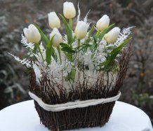 Dekorace vánoční s tulipány v proutí