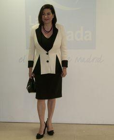 XX Galardones Grupo Vaguada: Abril 2015 Luisa Martín acudía a la cita para recoger el galardón por su trayectoria profesional, vestida con americana blanca con quillas negras y vestido negro con hombros al aire, ambos de la colección de LeSmoking