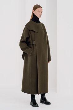HYKE(ハイク)の2016-17年秋冬コレクションが発表された。 立ち上げ当時よりテーマを設けず、何かしらのスタイルや古着から着想を得て、コレクションを製作してる吉原秀明と大出由紀子。今季は、ワーク... Unique Fashion, Fashion Details, Love Fashion, Winter Fashion, Fashion Tips, Fashion Design, Fashion Outfits, Military Belt, Khaki Coat