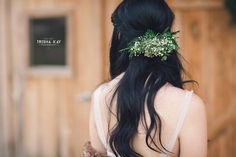 Christmas Winter Barn wedding brides floral hair barret.  We love all the lovely winter touches they used for their special day.  From vintage lounge areas with plaid to antlers and greenery to lawn games.  Photos by Trisha Kay Photography by rentmydust.com.