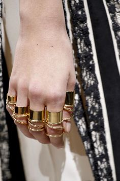 ¡Señala con el dedo! Los anillos midi son el accesorio must Pasarela de Balenciaga SS 2013
