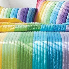 rainbow quilt, brilliant and so easy, just strips of beautiful plain colours and straightline quilting, how easy and effective is that! Love the matching pillows de costura Strip Quilts, Easy Quilts, Quilt Blocks, Rainbow Quilt, Rainbow Room, Rainbow Bedding, Quilting Projects, Quilting Designs, Sewing Projects