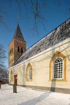 Dit is een van de oudste kerken in de provincie. Deels tufsteen en deels baksteen | Zuidwolde | Groningen