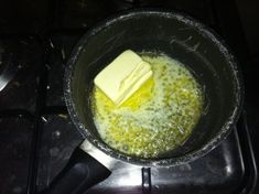 """Cette recette est issue du livre """"Rêves de Pâtissier"""" par Pierre Hermé. Ingrédients pour 12 madeleines : 100g de farine 3g de levure chimique 100g de beurre 120g d'oeufs 120g de sucre en poudre Préparation : 1. La veille, tamisez la farine avec la levure..."""