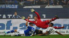 Manuel Neuer vereitelt mal wieder eine Chance seines Ex-Klubs Schalke.