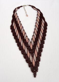 Maxi colar em v confeccionado com miçangas. Com acabamentos em metal niquelado. <br>Comprimento: 46 cm + 7 cm de corrente extensora <br>Largura: 11 cm no meio do colar