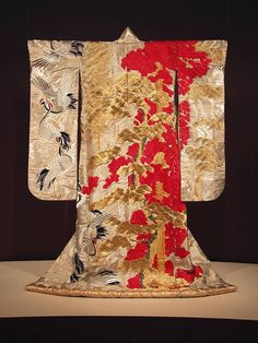 Garment of the day: Silver and white silk kimono (uchikake) with heavily brocaded pine tree and cranes in gold, red and black. Yukata Kimono, Kimono Outfit, Silk Kimono, Kimono Fashion, Women's Fashion, Traditional Japanese Kimono, Japanese Geisha, Traditional Dresses, Vintage Japanese