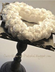 Rosas de papel de obleas delicados añaden un toque femenino a las tortas. Estas flores parecen que son difíciles de crear, pero son sorprendentemente fáciles de hacer si usted sigue este paso a paso tutorial. Todo lo que necesita es paciencia y práctica!Wafer Libro Blanco de la guirnalda de Rose tutorial: http://cakecentral.com/b/tutorial/wafer-paper-rose-tutorial?utm_source=facebook_medium=post_content=wafer-paper-rose_campaign=tutorial