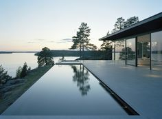 Villa Överby by John Robert Nilsson Sublime swimming pool Infinity Pools, Infinity Edge Pool, Houses Architecture, Architecture Design, Beautiful Architecture, Exterior Design, Interior And Exterior, Door Design, House Design