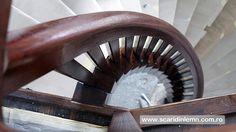 scari interioare din lemn cu trepte de lemn suspendate pe corzi