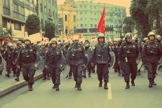 Grupo policial cerrando manifestantes [Foto: Candy Castro / Spacio Libre]