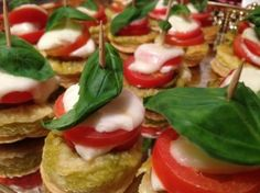Caprese tartlets - Cute and quick mini caprese tarts are the perfect appetizer! Caprese Salad, Tarts, Delicious Food, Appetizers, Mini, Mince Pies, Pies, Yummy Food, Appetizer
