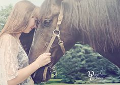 senior photo with horse - senior pose - Dani Luchner Photography