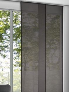 Halbtransparenter, einfarbiger Flächenvorhang in eleganten Grau. Das strapazierfähige Gewebe ähnelt in Struktur und Optik dem leichter Leinenstoffe.