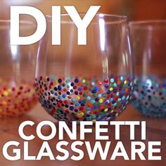 painting glassware with sharpies . painting glassware how to . Wine Glass Crafts, Wine Craft, Wine Bottle Crafts, Diy Wine Glasses, Painted Wine Glasses, Organisation D'agenda, Diy Confetti, Diy Wedding Video, Craft Videos