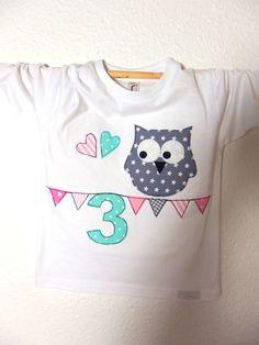 LA-Shirt in weiss und aus Baumwolle verarbeitet.Mit viiiieeeeel Liebe zum Detail hergestellt ~ vorn eine süße EULEN-Applikation mit Wunschzahl liebevoll ausgeschnitten,auf Vliesofix(Fixierkleber)... T Shart, Baby T Shirts, Owls, Diy And Crafts, Applique, Patches, T Shirts For Women, Etsy, Sewing