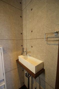 トイレ正面には、モダン・和風にマッチするスクエアデザインの手洗い器。