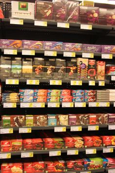 Concept 'verpakkingen' Foto: hier ligt de duurste chocolade (côte d'or) op ooghoogte voor de kinderen. Een ander duur merk (Milka) ligt op ooghoogte van de volwassene. De andere producten liggen er tussen. Chocolade wordt vooral met aluminium folie en karton verpakt of met plastiek.