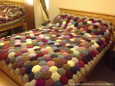 Одеяло «Соты» из объемных шестиугольников крючком от Valerie Lawson и спицами от tiny owl knits.