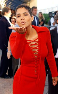 """Actress Halle Berry poses at the premiere of """"Swordfish"""" September Halle Berry Pixie, Halle Berry Style, Halle Berry Hot, Halle Berry Short Hair, Pixie Styles, Short Styles, Short Pixie, Short Hair Cuts, Pixie Cuts"""