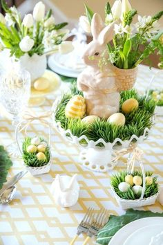 Sunday brunch: 12 spring-Easter table settings - MyThirtySpotSunday brunch: 12 spring-Easter table settings - MyThirtySpotCharming Easter centerpieces and springy table decor ideas for your Easter celebration part 22 Easter Table Settings, Easter Table Decorations, Easter Centerpiece, Centerpiece Ideas, Table Centerpieces, Holiday Decorations, Masquerade Centerpieces, Setting Table, Dinner Party Decorations