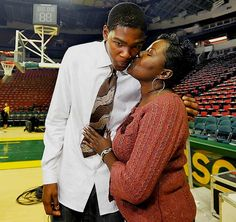 SI's Rare Photos of Sports Figures and Their Moms - Kevin Durant Kevin Durant Mom, Sports Illustrated Kids, Durant Nba, Stephen Curry Shoes, Famous Sports, Black Mother, Sports Figures, Best Fan, Oklahoma City Thunder