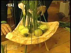 Flower Video, Arte Floral, Bouquet, Flower Decorations, Flower Designs, Flower Art, Floral Arrangements, Glass Vase, Floral Design