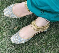Jehri gall punjabi jutti vich oh hor kithe. Bridal Shoes, Wedding Shoes, Bridal Sandals, Indian Shoes, Indian Clothes, Anklet Designs, Maila, Prom Shoes, Indian Designer Wear