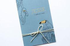 Een geboortekaartje met dieren voor Jesse. In de kleuren okergeel en denim blue. De aap & toekan maken het geboortekaartje stoer en uniek. Ontwerp door Leesign #enkel #geboortekaartje #jongen #dieren