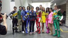 The cast of Power Ranger Super Mega Force pose with the cast of the upcoming Power Rangers Dino Charge. Notice that there is FINALLY an African-American pink ranger. (Thanks Saban! Power Rangers Samurai, Power Rangers Dino, Power Rangers Cast, Power Rangers Fan Art, Power Rangers Megaforce, Power Rengers, Baby Sloth, Twilight Princess, Princess Zelda