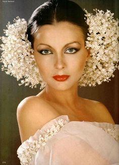 Coiffure de mariée de Givenchy 1977, créée par Alexandre-Paris et exécutée en fleurs de Lemarié.