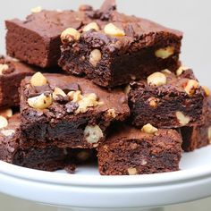 You don't always need an oven to make brownies. This easy dessert recipe uses raw cacao powder and walnuts, cashews, and dates to make them more decaden Oreo Desserts, Chocolate Desserts, Easy Desserts, Dessert Recipes, Chewy Brownies, No Bake Brownies, Patisserie Cake, Biscuit Cake, Brownie Recipes