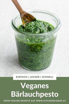 Mache Bärlauch haltbar mit diesem einfachen Rezept! Das vegane Bärlauch-Pesto ist schnell gemacht mit nur 5 Zutaten, ohne Parmesan und mit Pinienkernen. Parmesan, Ethnic Recipes, Food, Vegane Rezepte, Simple, Essen, Meals, Yemek, Eten