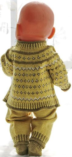 Knitting patterns for american girl doll clothes - This outfit looks fabulous with a green scarf Girl Doll Clothes, Girl Dolls, Baby Dolls, Kids Knitting Patterns, Doll Patterns, Fair Isle Knitting, Baby Knitting, Trendy Baby, Girl Puppets