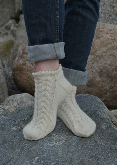 Knit beautiful short socks with cotton . Crochet Slipper Boots, Knitted Slippers, Crochet Shoes, Knitted Gloves, Knitting Socks, Baby Knitting, Knit Crochet, Diy Crafts Knitting, Comfy Socks