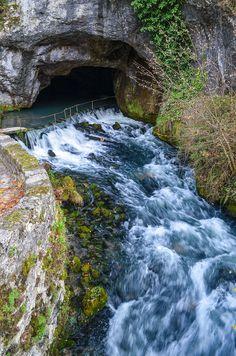 Située dans l'Ariège, la fontaine intermittente de Fontestorbes présente une particularité fascinante. Au premier abord, elle semble être une cascade normale, mais si vous restez quelque temps sur place pour l'observer, vous remarquerez certainement que le débit de l'eau s'accélère, avant de ralentir.