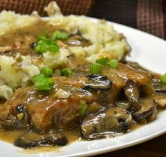Χοιρινό+ριγανάτο+με+κρεμμύδια,+μανιτάρια+και+πουρέ+πατάτας