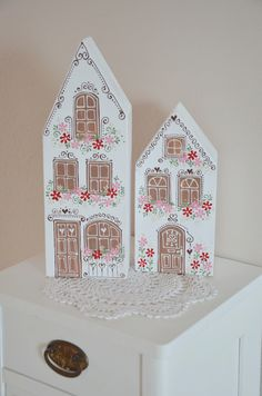 Wood Block Crafts, Wood Crafts, Fun Crafts, Bird Houses Diy, Putz Houses, Victorian Christmas Ornaments, Christmas Crafts, Christmas Fireplace Mantels, Small Wooden House