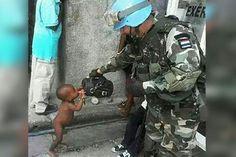 El militar paraguayo Pedro Jara, miembro de las Fuerzas de Paz de las Naciones Unidas, fue fotografiado en el momento que dio de beber agua de un termo de tereré a un niño haitiano.