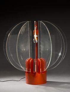 """Gae aulenti ( né en 1927), lampe de table modèle """"king sun"""" composée de panneaux hémisphériques en plexiglas montés sur une base en métal laqué orange, edition kartell, hauteur : 80 cm - diamètre : 75 cm, (eclat à la peinture), bibliographie : charlotte & peter fiell, 1000 lights : 1878 to present, taschen, cologne, 2006, modèle similaire reproduit p.434"""